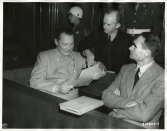 defendants_goring_donitz_and_hess_conferring_nuremberg_trials